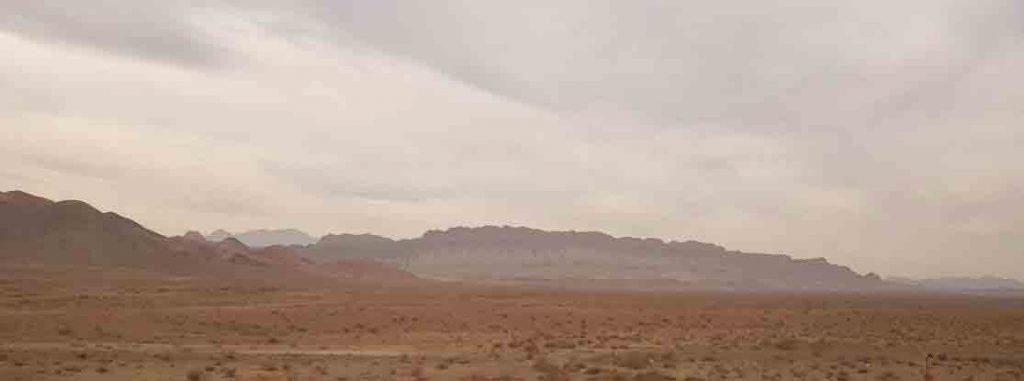 به این کوه که تو جاده دیدیم میگن اژدها یا تمساح کاشان:) واقعا شبیشه دقت کنید:سمت راست سرشه,دمشم پشت تپه هاس!