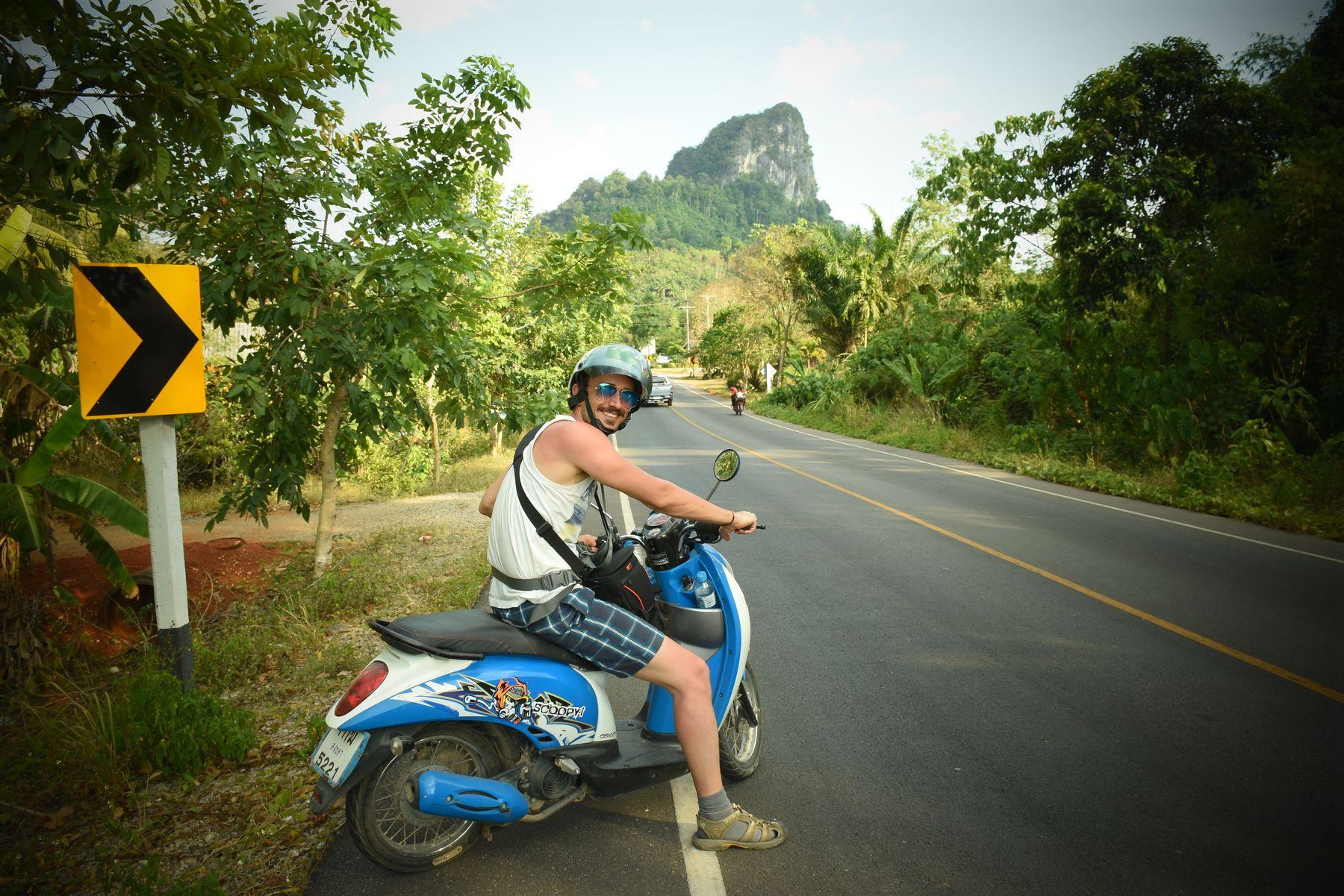 مملیکا با موتور در کرابی تایلند