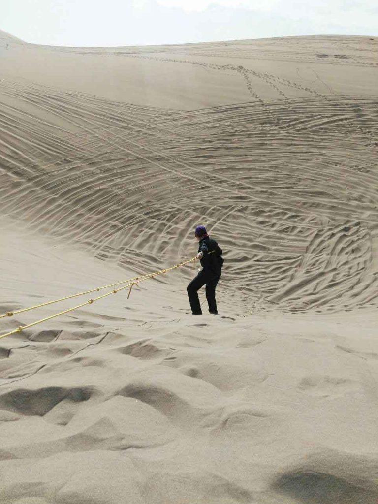 سحر درحال پایین رفتن با طناب برای نجات مثلا یه مصدوم:)