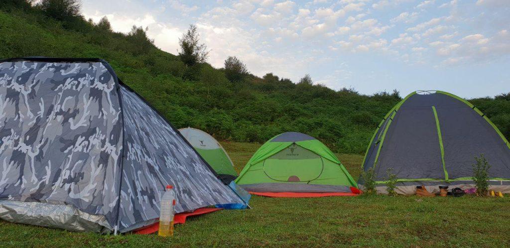 اینم منظره چادرها و آدم هایی که هنوز توش خوابن!:)